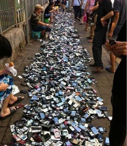 A normal cellphone market in China. .. I dropped my phone...