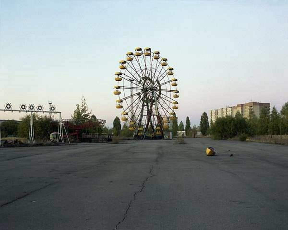 Pripyat in 1994. Despite the town being abandoned, the pool was still in use by workers at the plant until 1996. Photos were taken by one David McMillan. Photos